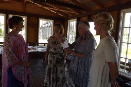 Antra saņem sveicienus no lektorēm Baibas Pumpiņas Antras Slokas Jakovlevas Līgas Vaitess